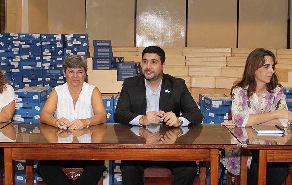 Funcionarios del programa Conectar Igualdad y los diputados Cleri y Bielsa junto a la intendenta Clérici.