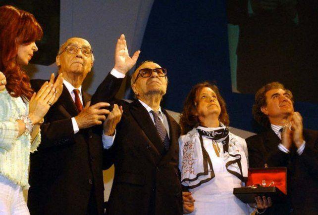 Saramago junto a Sábato y Cristina de Kirchner en el cierre del Congreso de la Lengua en Rosario