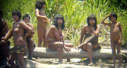 Una tribu indígena que sale de su aislamiento causa revuelo en Perú