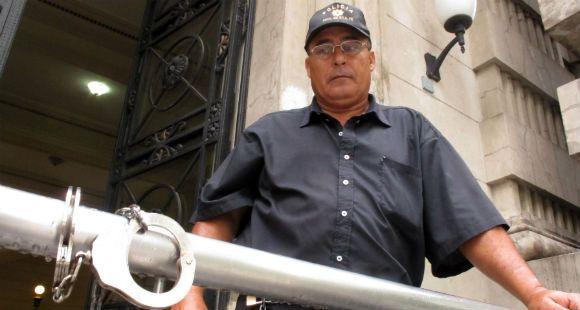 Ex policía se encadenó en la Gobernación y pide que le reconozcan pensión por invalidez