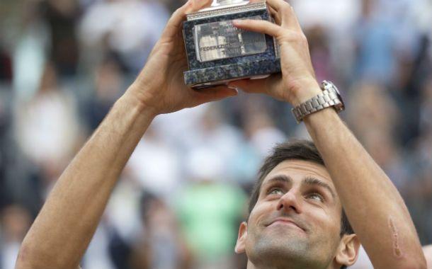 Le sonríe. Nole volvió tras una lesión en la muñeca y levanta el trofeo.