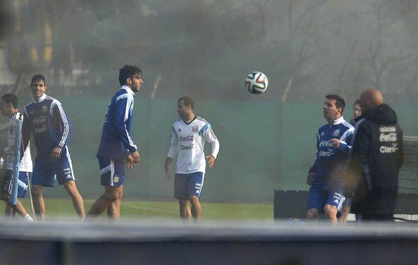 Messi realiza jueguitos durante el segundo entrenamiento de la selección de cara al Mundial de Brasil. (Foto: Télam)