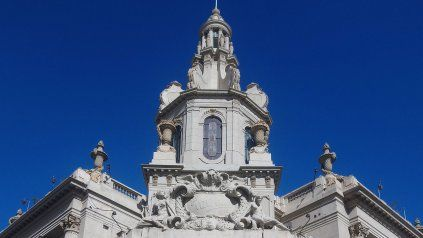 La imagen es actual y muestra la puesta en valor tanto de la cúpula como la de la fachada del emblemático edificio, patrimonio arquitectónico de la ciudad.