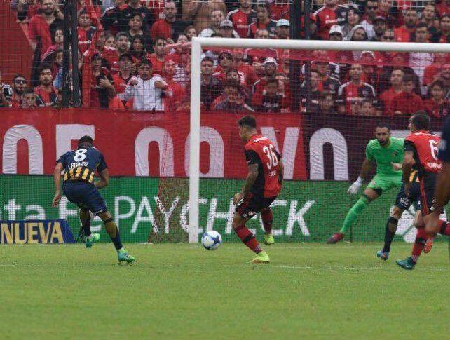 Zurdazo de gol: Carrizo cruzó su remate y puso el 1-0 de Central sobre Newells.