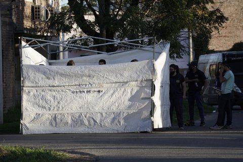 Empleados del Sies levantan el cuerpo de la víctima en la esquina de Chacabuco y Ameghino.