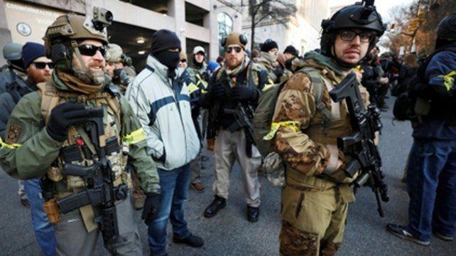 Insólito. Los manifestantes no solo iban armados con fusiles sino también vestidos como soldados regulares.