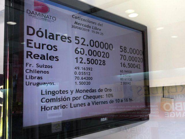 El dólar protagonizó una leve baja y cerró a 58 pesos