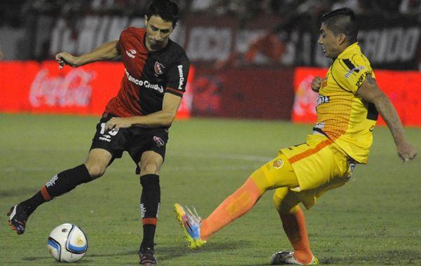 Al Ataque. Alexis Castro intenta enganchar ante un adversario. Newell's fue más