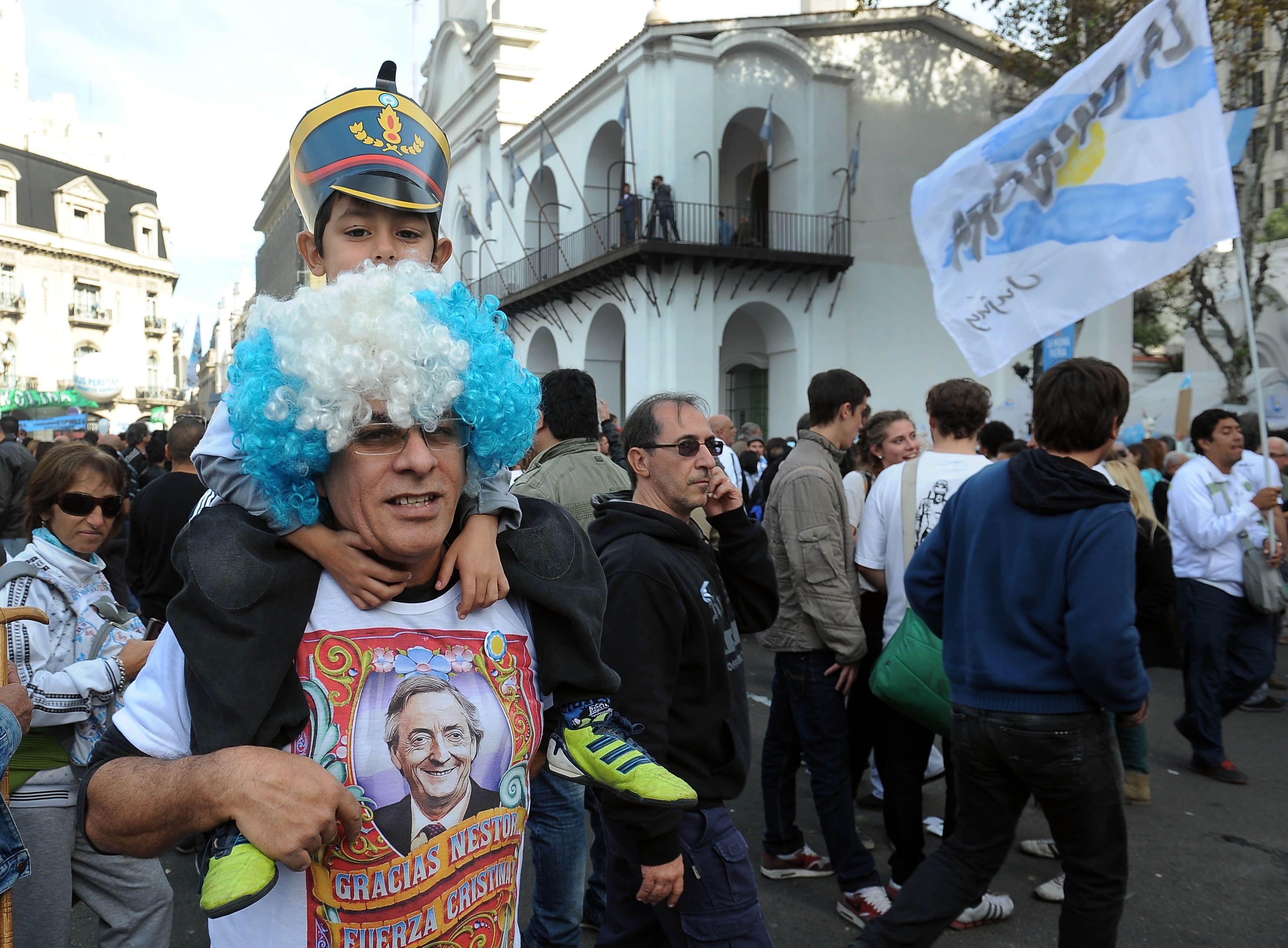 Una multitud, en el festival en conmemoración del 25 de mayo en la ciudad de Buenos Aires