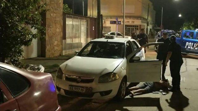 El vehículo siguió su marcha y terminó impactando contra otros dos autos estacionados.