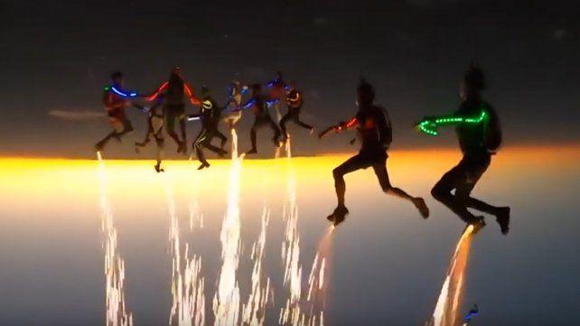 El viral más volado: alucinante espectáculo de paracaidistas en los cielos de Texas