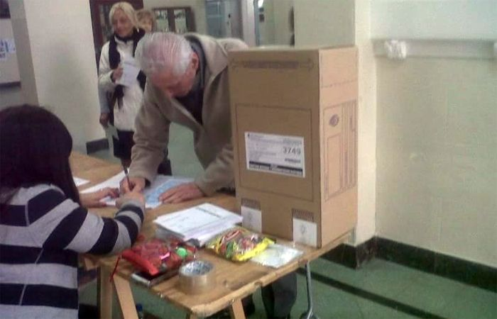 Foto: El abuelo Gregorio votando en el Colegio del Huerto.