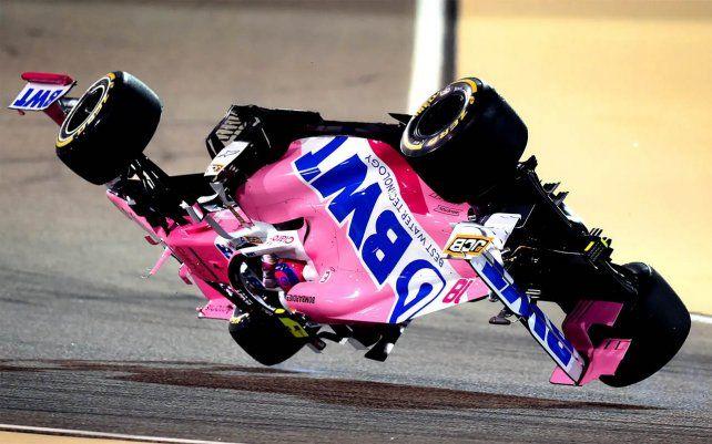 El auto de carreras RP20 Mercedes de Lance Stroll se lanza al revés después de protagonizar un accidente en el Gran Premio de Bahrein 2020. Fotografía: Clive Mason / Formula 1 / Getty Images
