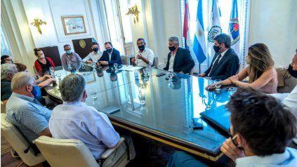 El intendente Pablo Javkin presenció la reunión junto a representantes de los clubes.