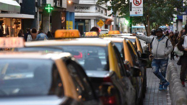 Los peones de taxi aseguran que la tarifa tiene un atraso del 98 por ciento.