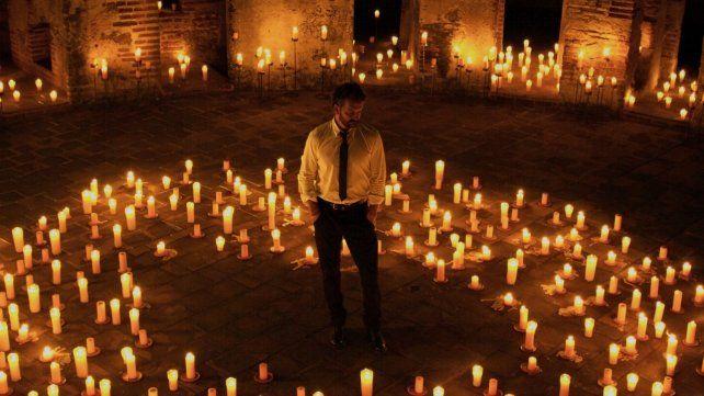 Impactante. Arjona rodeado de 5 mil velas en Antigua Guatemala.