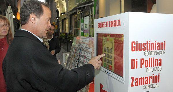 Una expendedora en pleno centro informa dónde se vota (video)
