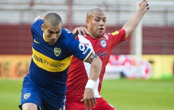Por arriba. Jesús Méndez intenta superar la posición de Iñiguez. Boca dilapidó posibilidades y sumó sólo un punto.