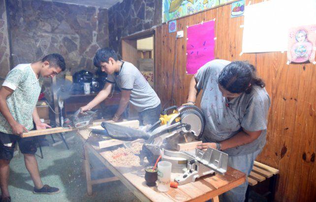 Salida laboral. Los talleres de oficios son clave para la inserción social de miles de jóvenes.