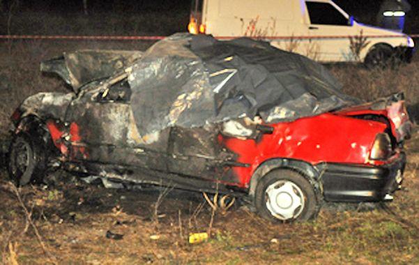 Pavoroso. El Renault 19 donde viajaban las personas que perecieron. Tras la colisión