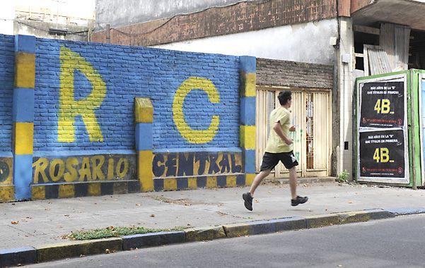 Las pintadas de canallas y leprosos se suceden en toda la ciudad