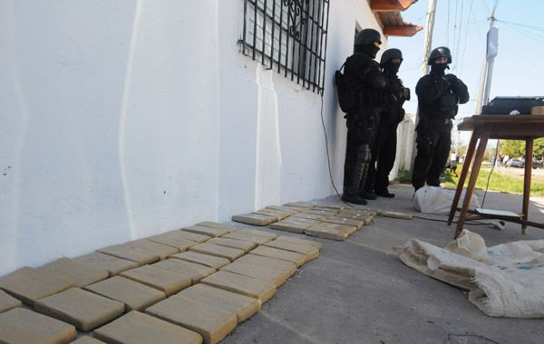 La carga de marihuana empaquetada fue hallada en una casa de Blas Parera al 1400