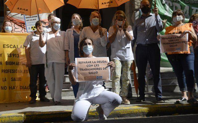 Trabajadores de la salud se manifestaron frente al hospital provincial para exigir mejores condiciones laborales
