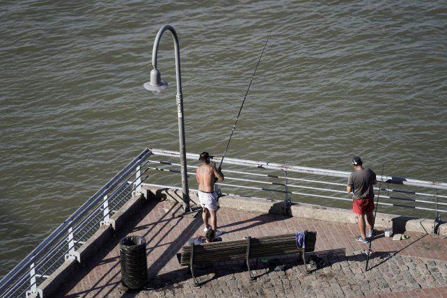 Encontraron un cadáver mutilado flotando en el río en la zona del Parque España