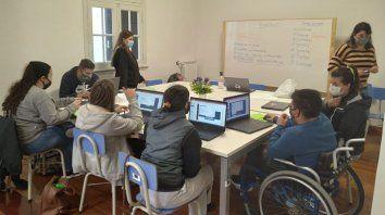 Jóvenes participantes de Trama y sus monitoras Lola Aguirre Nobell y Bianca Lobrauco en una jornada del taller de Alfabetización digital