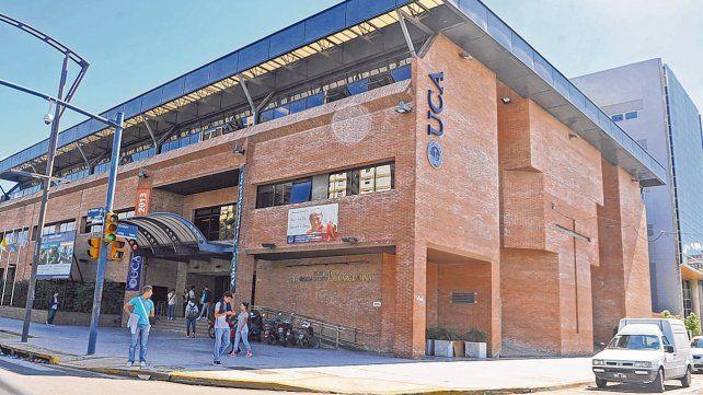 La Universidad Católica Argentina cuenta con una sede en Rosario a la que asisten cerca de 3.200 alumnos y alumnas en sus diferentes carreras.