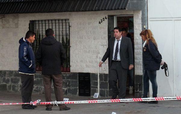 Vainas. En la vereda y el ingreso de la casa de Perrone quedaron los rastros de las balas de alto calibre disparadas.