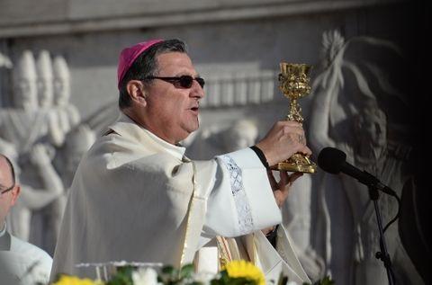 Monseñor Eduardo Martín tomó posesión canónica de su cargo frente a una multitud de religiosos y fieles e instó a seguir el camino que viene predicando el Papa.