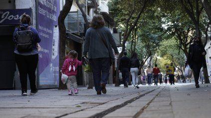 El tramo inicial de la peatonal Córdoba, entre Laprida y Maipú, es uno de los más deteriorados del centro.