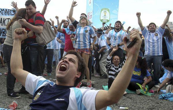 Los hinchas argentinos fest6ejaron el miércoles en Porto Alegre.