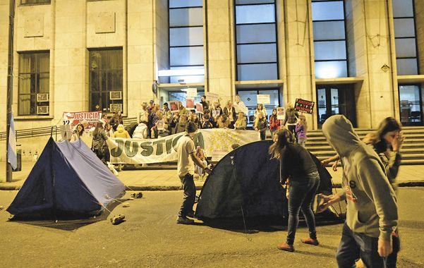 Vigilia. Familiares de las víctimas se instalaron frente a Tribunales y hoy concurrirán hasta la sede de Litoral Gas