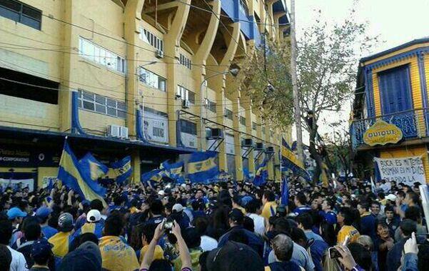 Banderazo. Miles de hinchas pidieron que a Riquelme le renueven el contrato.