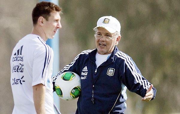 Mira adelante. Sabella le da indicaciones a Messi en la práctica de Ezeiza.