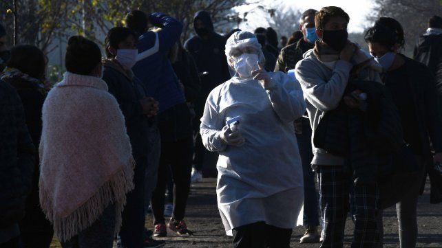 La curva de contagios sigue en crecimiento en Argentina: hoy hubo 1.226