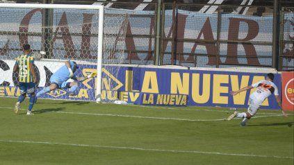 Franco Baldassarra marca el segundo gol de Platense y sale a celebrarlo con alma y vida.
