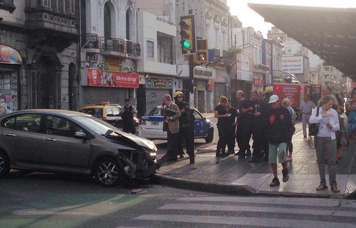 El choque entre el auto y la autobomba fue en San Luis y Corrientes. (Foto: LT3)