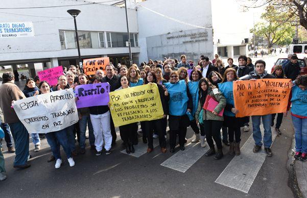 Moreno y San Luis. Empleados de la tradicional Maternidad Martin hicieron visible su queja.