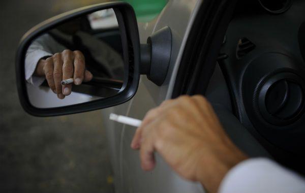 Peligro. Manejar fumando reduce la capacidad de conducción.