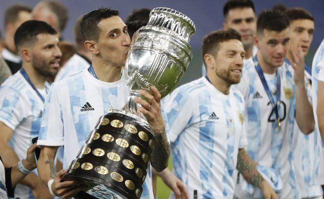El argentino Ángel Di María besa el trofeo mientras celebra con sus compañeros de equipo después de vencer 1-0 a Brasil en la final de la Copa América en el estadio Maracaná de Río de Janeiro, Brasil, el sábado 10 de julio de 2021 AP Photo / Andre Penner