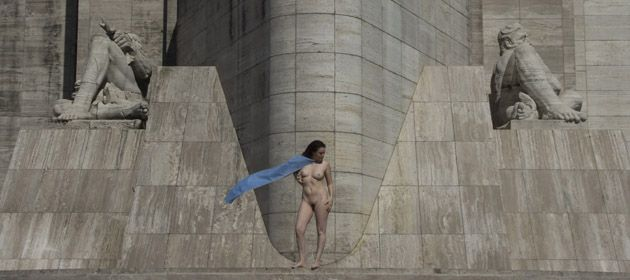 Melina Balbuena posó desnuda en el Monumento a la Bandera por el día de la no violencia contra la mujer.