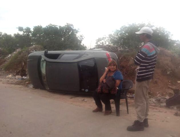 La conductora del auto fue asistida por vecinos y hasta le arrimaron una silla. (Foto: Sebastián S. Meccia)