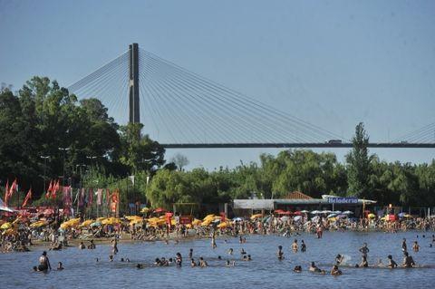 Muchos rosarinos se refugian en el río para soportar las altas temperaturas. (Foto: Leonardo Vincenti / La Capital)