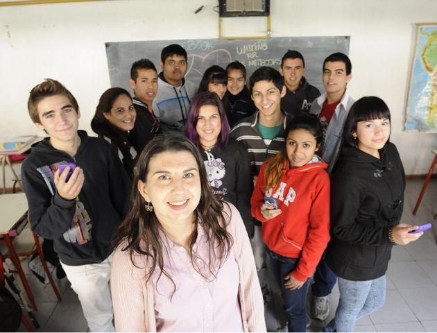 Ana Miotti y un grupo de sus estudiantes de la secundaria de Ovidio Lagos al 5900.