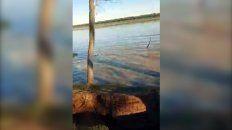 Se desmoronó una barranca en las islas y quedó todo registrado en video