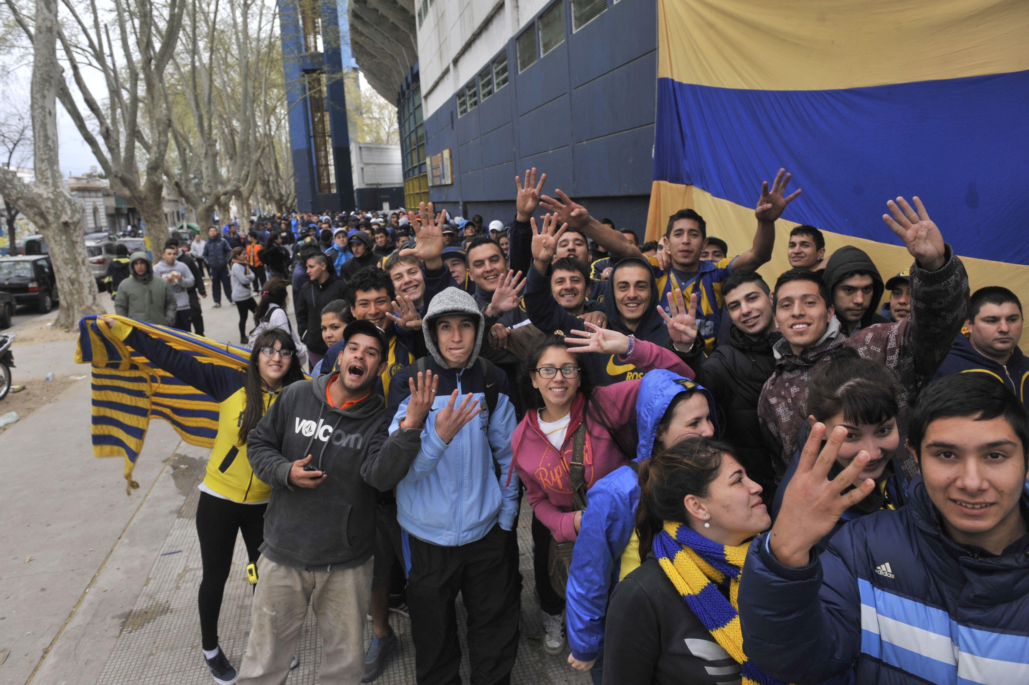 Los hinchas acamparon a la noche para no quedarse sin entradas para el partido con Newells. (Foto: Virginia Benedetto)