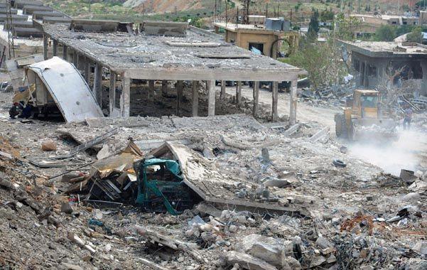 Demolido. Así quedó el depósito de armas en Damasco. La imagen la proveyó la agencia estatal siria Sana.